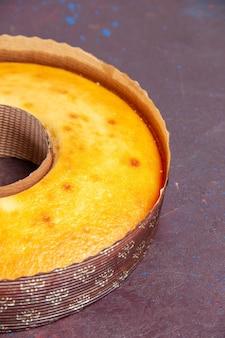 Widok z przodu pyszne okrągłe ciasto idealne słodkie ciasto na herbatę na ciemnym tle herbata słodkie ciasto ciasto ciasto cukier herbatniki