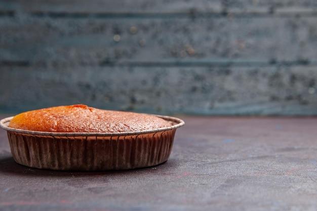 Widok z przodu pyszne okrągłe ciasto słodkie pieczenie na ciemnym tle herbatniki słodkie ciasto ciasto cukrowe ciasto herbaciane