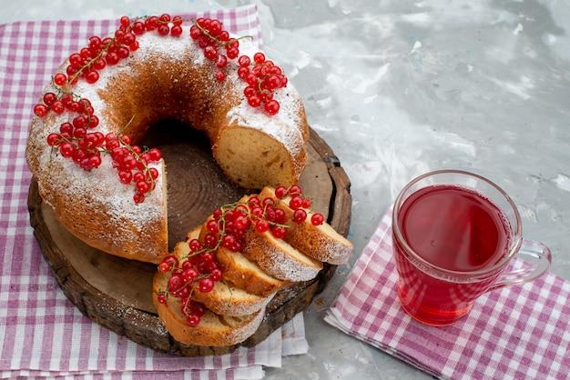 Widok z przodu pyszne okrągłe ciasto ze świeżą czerwoną żurawiną i sokiem żurawinowym na białym biurku ciasto herbatniki herbaciane jagody