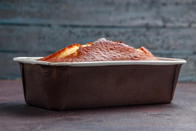 Widok z przodu pyszne pieczone ciasto słodkie ciasto na herbatę na ciemnym tle ciasto herbatniki słodkie ciasto ciasto cukrowe herbata