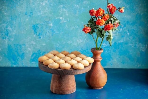 Widok z przodu pyszne słodkie ciasteczka na jasnoniebieskim deserowym biszkoptowym słodkim cieście przerwy na herbatę ciasto cukier