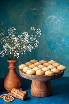 Widok z przodu pyszne słodkie ciasteczka na niebieskim słodkim cieście deserowym herbatę ciasto herbatniki cukrowe