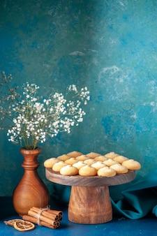 Widok z przodu pyszne słodkie ciasteczka na niebieskim słodkim cieście deserowym herbatniki herbatniki cukrowe