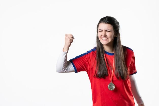 Widok z przodu radujący się gracz płci żeńskiej z medalem