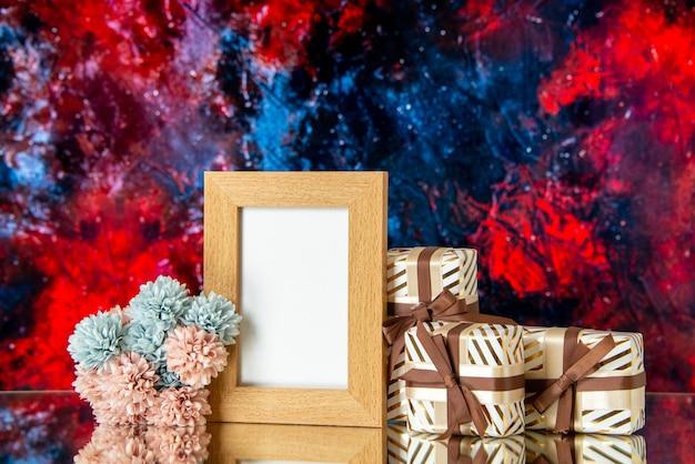 Widok z przodu ramki na zdjęcia walentynki przedstawia kwiaty izolowane na ciemnoczerwonym abstrakcyjnym tle