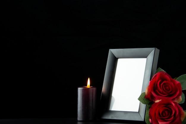 Widok z przodu ramki na zdjęcia z czerwoną różą na czarno
