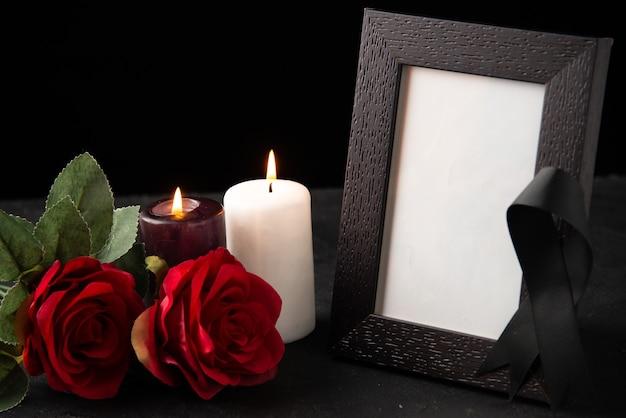 Widok z przodu ramki na zdjęcia z czerwonymi kwiatami na czarno
