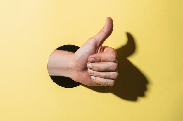 Widok z przodu ręki trzymającej jak znak