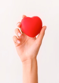 Widok z przodu ręki trzymającej kształt serca