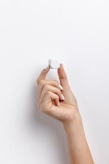 Widok z przodu ręki trzymającej mały sześcian