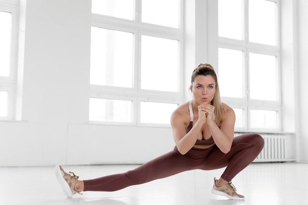 Widok z przodu robi ćwiczenia kobiety