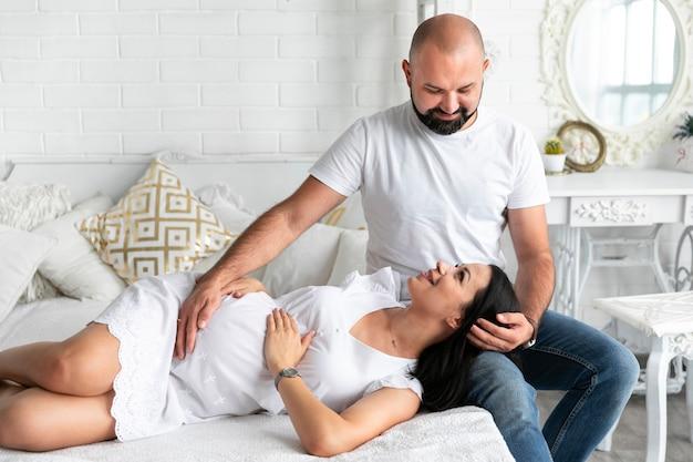 Widok z przodu rodziców przebywających w łóżku