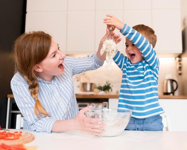 Widok z przodu rodziny gotowania w domu