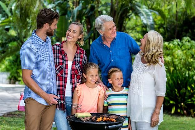 Widok z przodu rodziny grilowanie żywności na podwórku