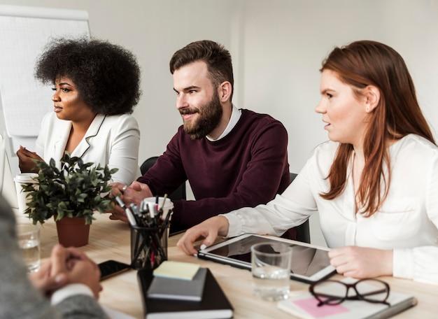Widok z przodu rozmawiających pracowników zespołowych