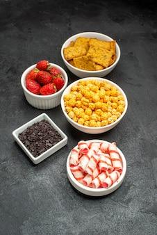 Widok z przodu różne jedzenie krakersy owoce i cukierki