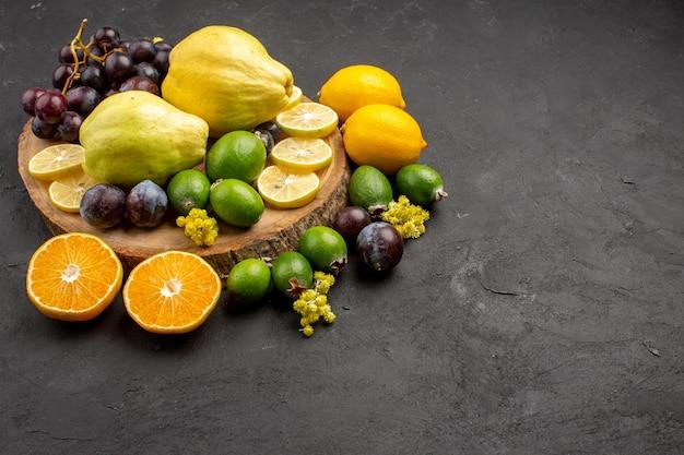 Widok z przodu różne skład owoców dojrzałe i aksamitne owoce na ciemnym tle dieta owoce łagodne dojrzałe świeże
