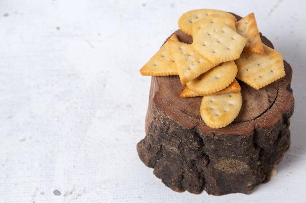 Widok z przodu różnych chipsów na drewnie i jasnej powierzchni