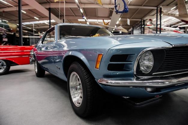 Widok z przodu rzadkiego niebieskiego samochodu na pokazie samochodowym