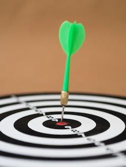 Widok z przodu rzutki z rzutką na tarczy