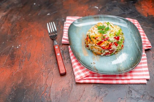 Widok z przodu sałatka jarzynowa okrągły kształt wewnątrz talerza na ciemnym tle kolor żywności zdrowe życie kuchnia posiłek dojrzała dieta