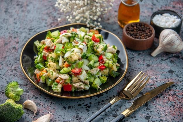 Widok z przodu sałatka jarzynowa z przyprawami i czosnkiem na ciemnej powierzchni jedzenie restauracja świeże dania kolor obiad dieta zdrowie