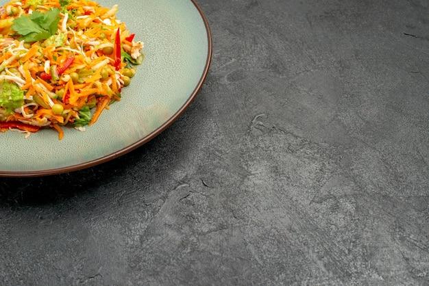 Widok z przodu sałatka warzywna z kurczakiem wewnątrz talerza na szarym stole sałatka zdrowa dieta jedzenie