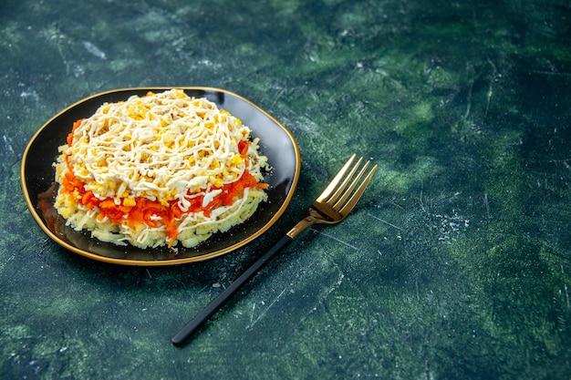Widok z przodu sałatka z mimozy z jajkami ziemniak i kurczak wewnątrz talerza na ciemnoniebieskiej powierzchni kuchnia wakacje urodziny posiłek zdjęcie kuchnia kolor jedzenie wolne miejsce