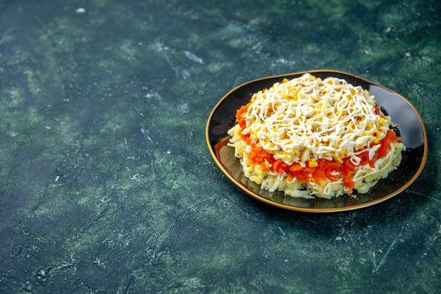 Widok z przodu sałatka z mimozy z jajkami ziemniak i kurczak wewnątrz talerza na ciemnoniebieskiej powierzchni wakacje urodziny jedzenie posiłek zdjęcie kuchnia kuchnia kolor wolna przestrzeń