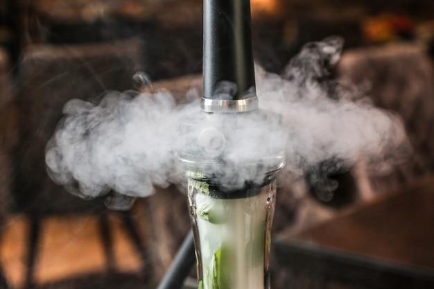 Widok z przodu shisha w dymie