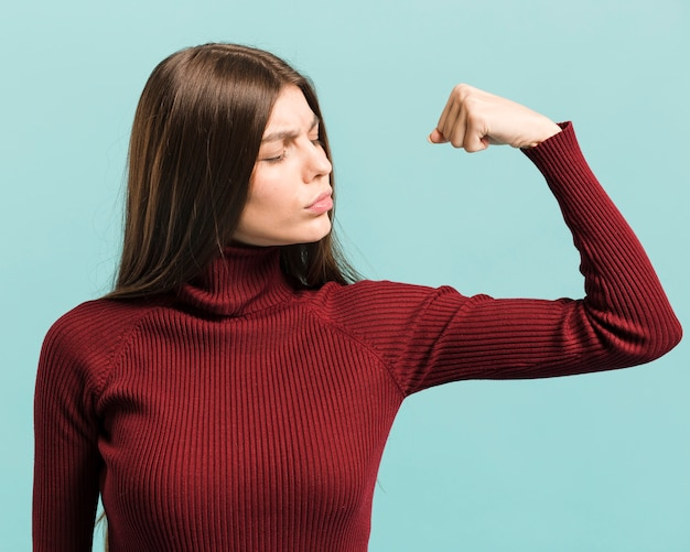 Widok z przodu silna kobieta w studio