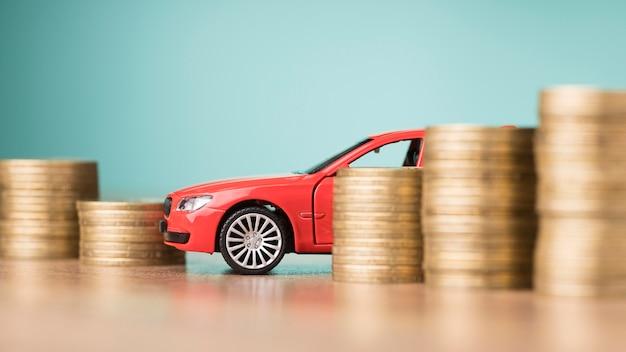Widok z przodu skład monet z czerwonym samochodem