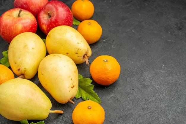 Widok z przodu skład owoców gruszki mandarynki i jabłka na szarym tle miąższ owocowy kolor zdjęcie jabłko smak drzewa wolna przestrzeń