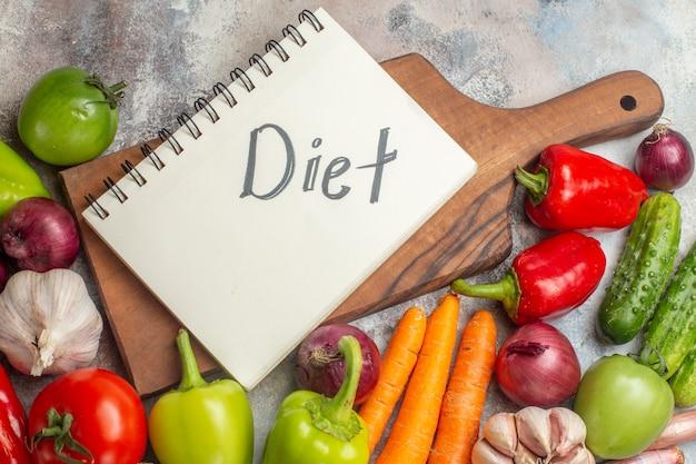 Widok z przodu skład świeżych warzyw na białym tle kolor posiłku zdrowe życie dojrzała dieta sałatka