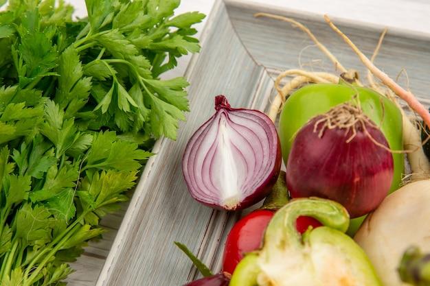 Widok z przodu skład warzyw z przyprawami i zielenią na białym tle kolor zdjęcie warzyw zdrowe życie sałatka posiłek dojrzały