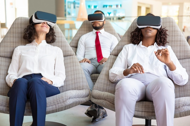 Widok z przodu skoncentrowanych testerów doświadczających okularów vr