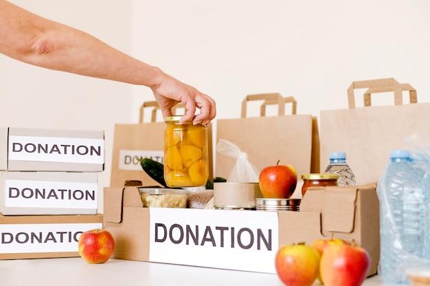 Widok z przodu skrzynki na datki z jedzeniem na cele charytatywne