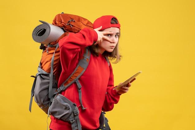 Widok z przodu śliczna kobieta z plecakiem trzymająca mapę podróży