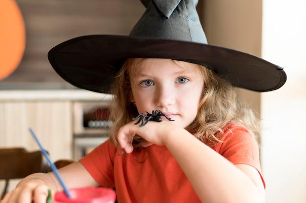 Widok z przodu ślicznej dziewczyny z koncepcją halloween