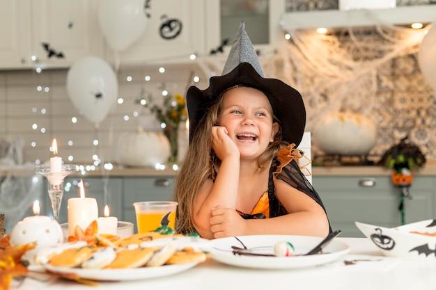 Widok z przodu ślicznej dziewczyny z kostiumem czarownicy