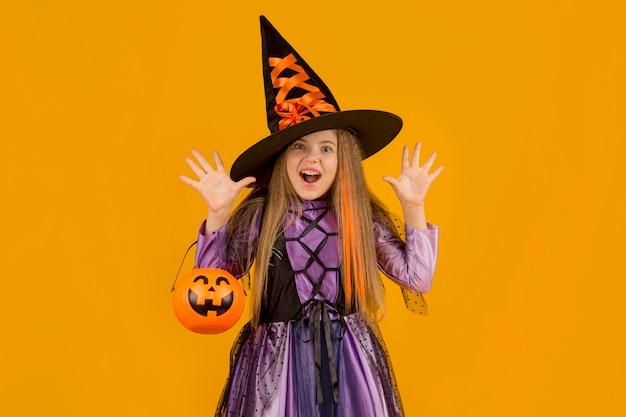 Widok z przodu ślicznej dziewczyny z kostiumem