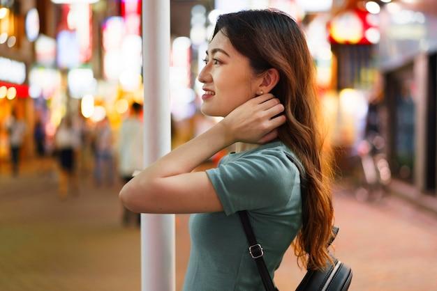 Widok z przodu ślicznej japonki w tokio