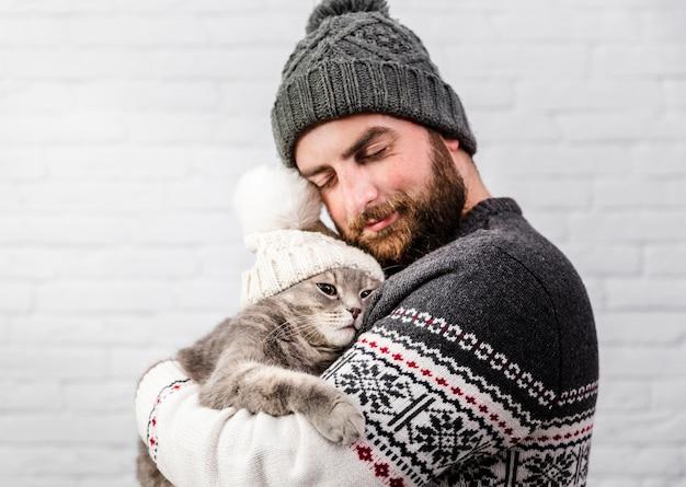 Widok z przodu słodki moment z mężczyzną i kotem