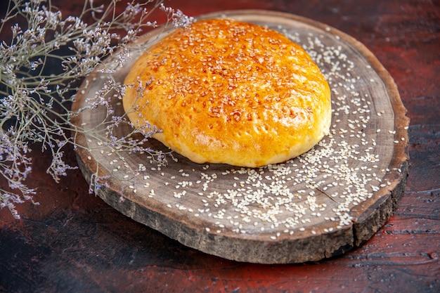Widok z przodu słodkie bułki pieczone jak świeży chleb na ciemnym tle