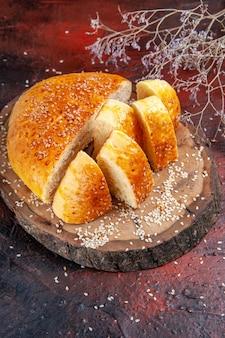 Widok z przodu słodkie ciasto pokrojone w kawałki na ciemnym tle