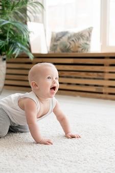 Widok z przodu słodkie urocze dziecko