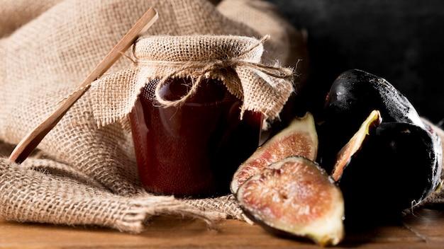Widok z przodu słoika z dżemem figowym