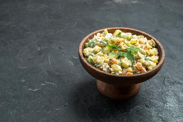 Widok z przodu smaczna sałatka majonezowa wewnątrz brązowego talerza na szarej powierzchni przekąska obiadowa sałatka z jedzeniem