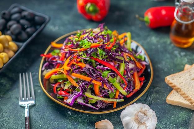 Widok z przodu smaczna sałatka z kapusty z oliwkami na ciemnym tle dieta wakacyjna zdrowy posiłek obiad przekąska chleb