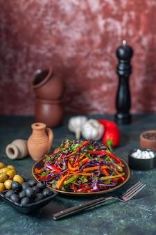 Widok z przodu smaczna sałatka z kapusty z oliwkami na ciemnym tle przekąska dieta wakacyjna chleb jedzenie obiad warzywo
